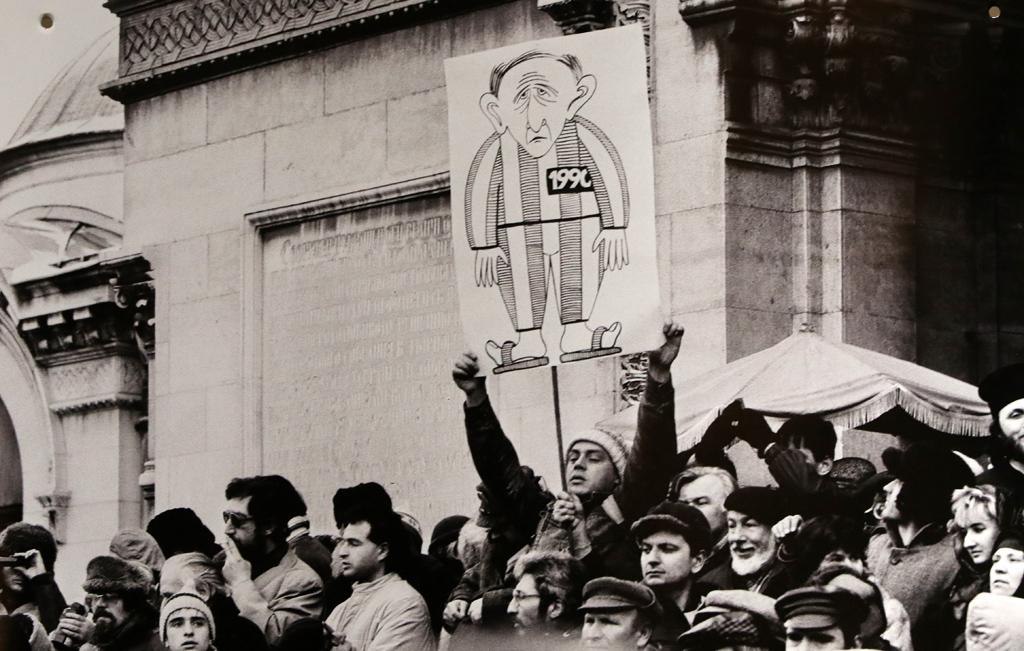 Плакати на първия митинг на зараждащата се опозиция на 18 ноември 1989 г.