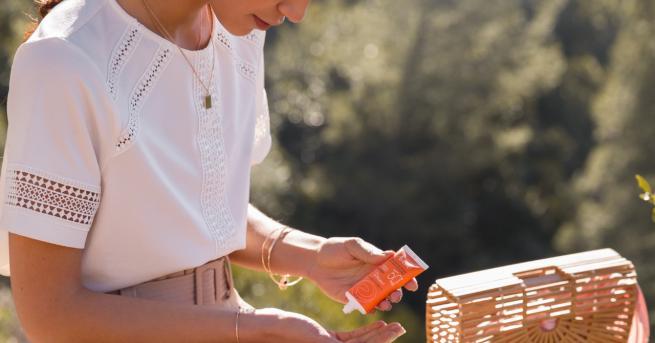 Във всяка плажна дамска чанта има място за слънцезащитен продукт.