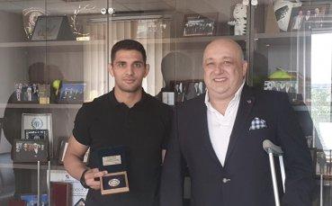 Министър Кралев награди сребърния медалист от Големия шлем по джудо Ивайло Иванов