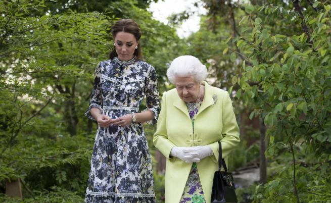 Кралицата разгледа горската градина на Кейт Мидълтън