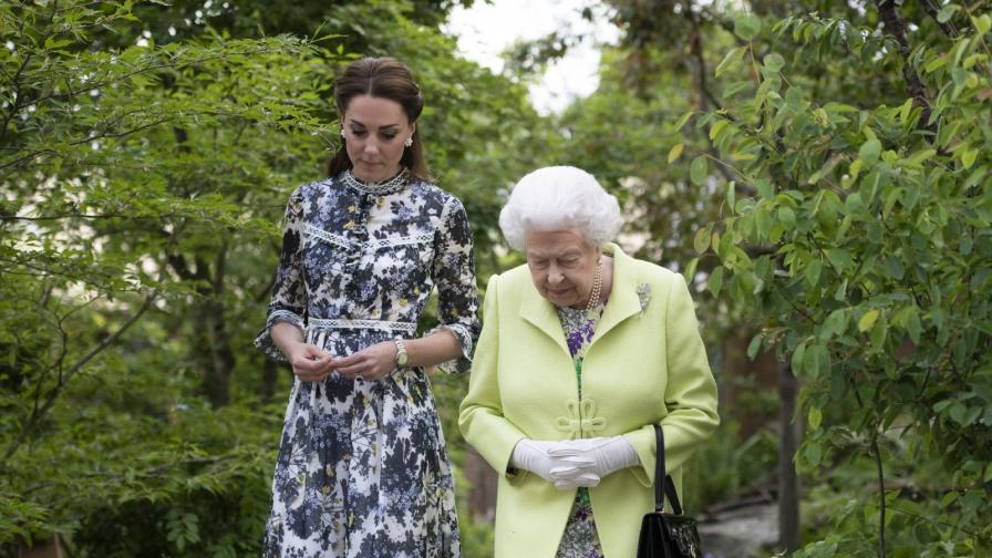 Кралицата разгледа горската градина на Кейт...
