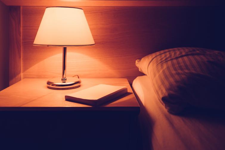 Четенето на слаба светлина вреди на зрението<br /> Твърдението е грешно, тъй като самото четене на слаба светлина не уврежда по никакъв начин зрението. Това, което се случва, е, че очите просто се напрягат повече, отколкото на добра светлина и следователно се уморяват повече.