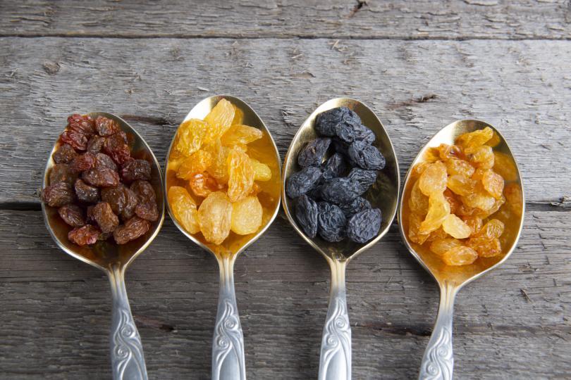 <p><strong>Стафиди</strong></p>  <p>Смелете 100 г стафиди, сушени кайсии, 400 г сливи, 200 г шипка, подправени с малко мед. Приемайте по 1 с.л. от полученото на ден и ще отслабнете. Тези продукти имат ниско съдържание на калории, помагат да асимилирате храната, превръщайки я в енергиен и витаминозен комплекс и преди всичко не водят до отлагане на мазнини. Комбинацията засища, което води и до занижен прием на други храни.</p>