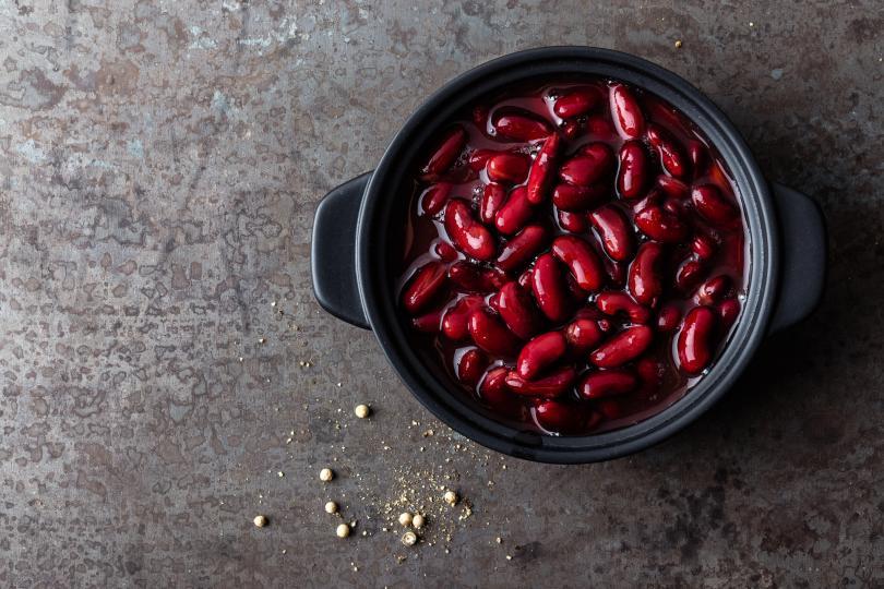 <p><strong>Фасул</strong></p>  <p>Червеният боб е най-простият и евтин продукт, който помага на лесното асимилиране на растителни протеини, минерали и витамини. В него има диетични фибри, благодарение на които е и много ефективен при отслабването.</p>