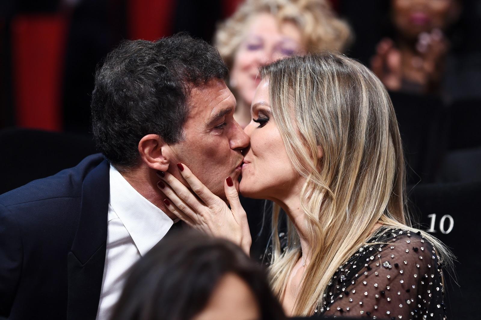 Една голяма любов се забравя...само с друга голяма любов. След бурната връзка на Антонио Бандерас и Мелани Грифит през 2014 г. двамата се разделиха завинаги. Година по-късно актьорът публично се появи с новата си приятелка, която и до днес е жената на сърцето му. Както през 2015 г., когато Бандерас и Никол Кимпел за първи път минаха заедно по червения килим в Кан, така и през 2019 г. двамата предизвикаха фурор. Вижте снимки на двойката в галерията.