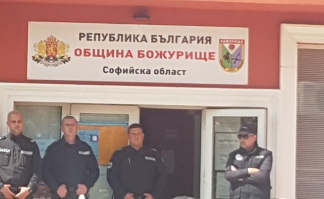 """Повдигнаха обвинения на трима души от община """"Божурище"""""""