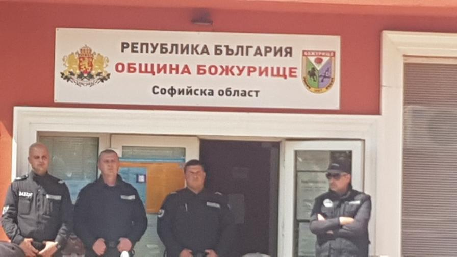 <p>Повдигнаха обвинения на трима души от община &bdquo;Божурище&rdquo;</p>