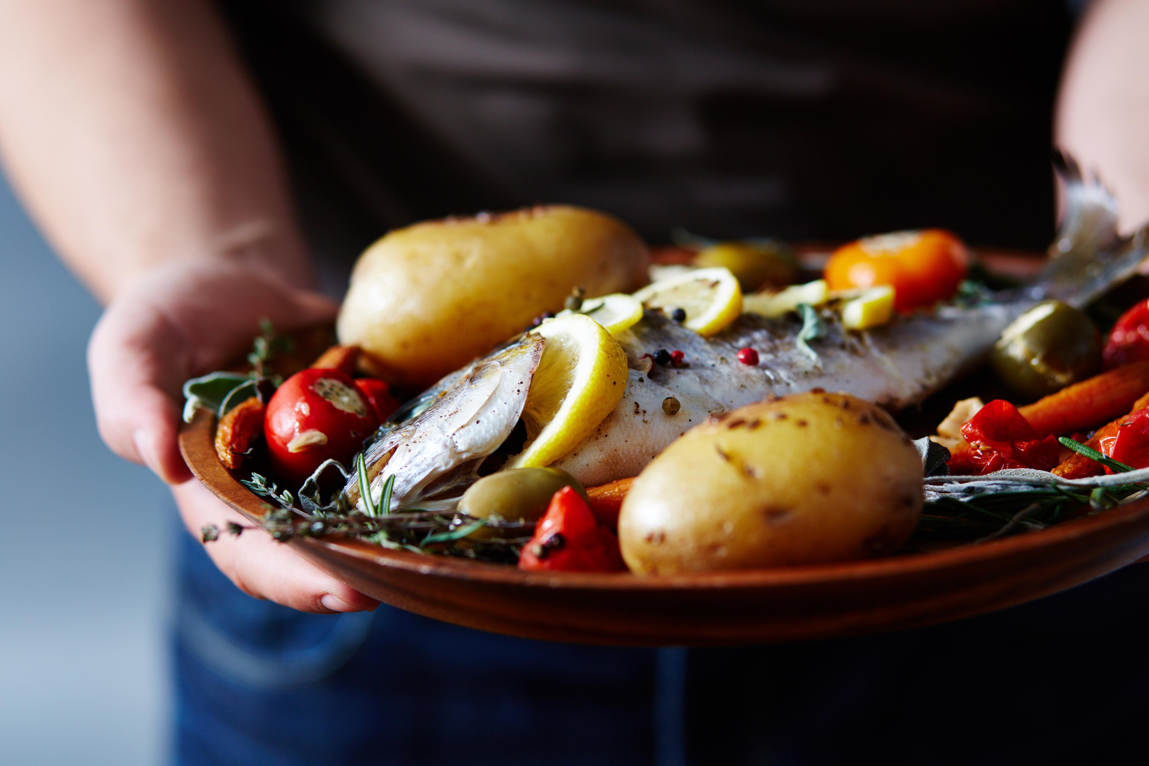 Мазни риби<br /> Консумацията на мазни риби се свързва с редица ползи за здравето. Те са отличен източник на витамин В6, който също участва в производството на хормона на съня мелатонин.