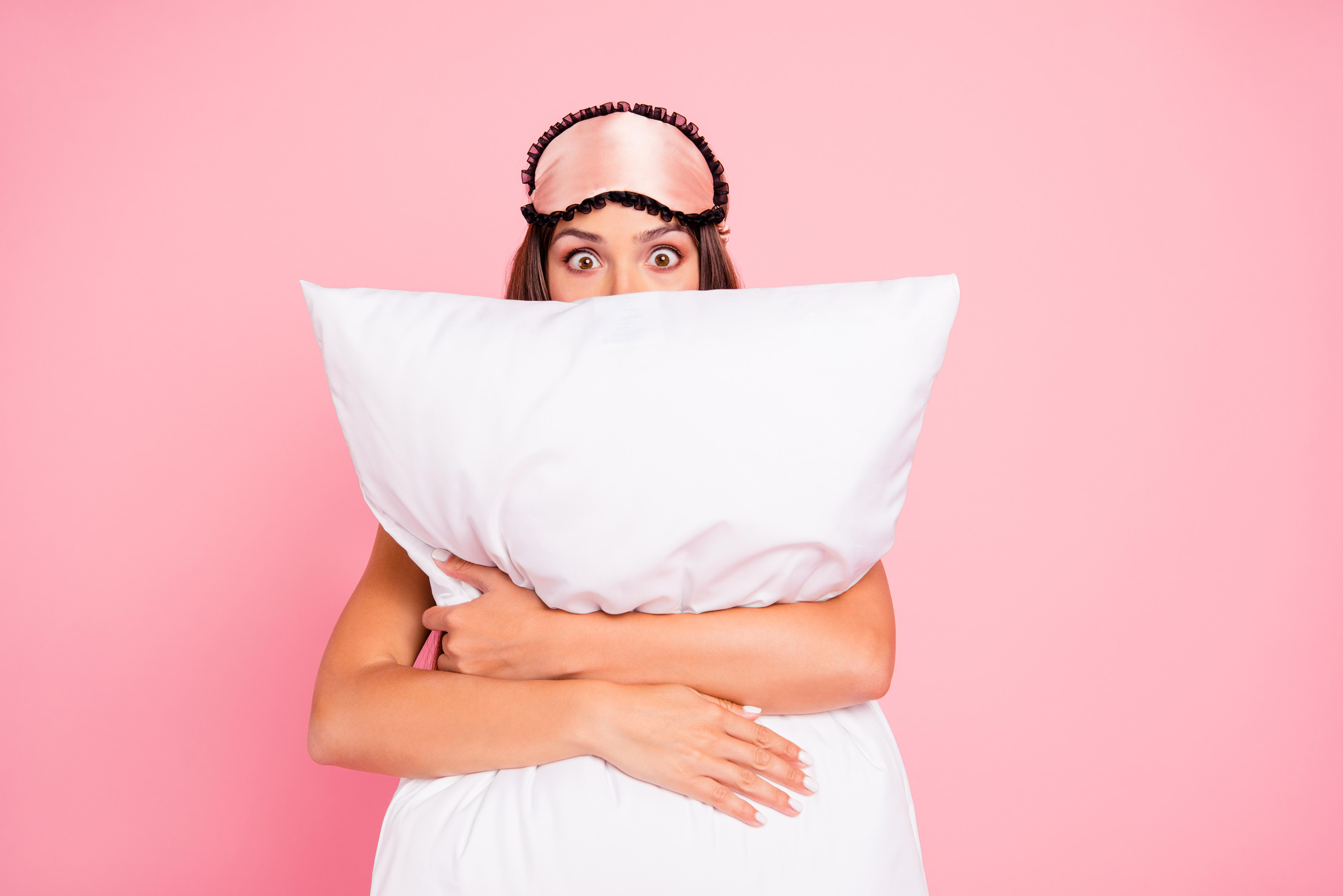 Хормони на съня<br /> Основният хормон, който отговаря за съня и регулира циклите му, е мелатонинът.<br /> Важна роля за производството на хормона на съня играе аминокиселината триптофан, която може да се набави от продукти като пилешко месо, банани, ядки, тофу. За усвояването й е необходимо съдържащите я храни да се комбинират с въглехидрати - например сандвич с пуешко.