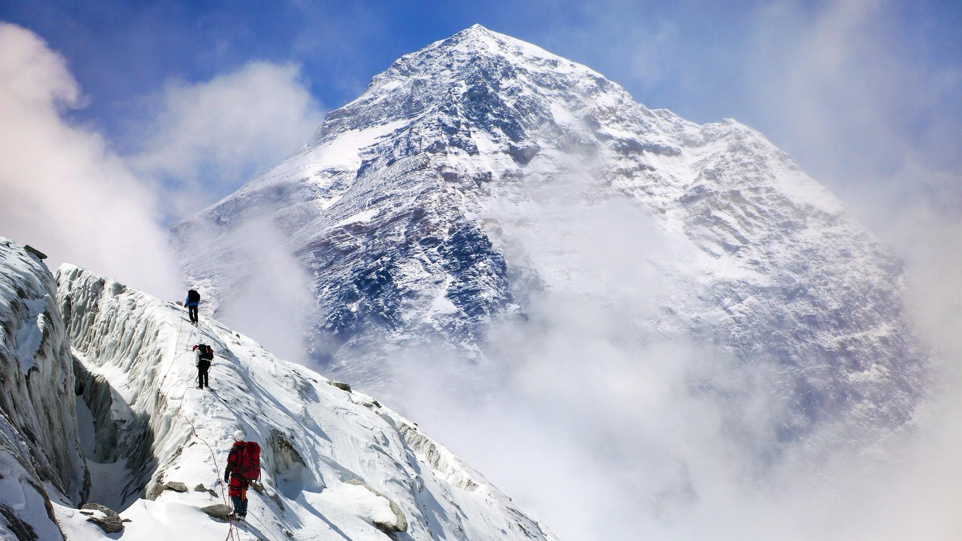 <p><strong>Хималаите с Еверест е най-високата планина на Земята</strong></p>  <p>Най-високата планина всъщност е Мауна Кеа на Хаваите, която е с височина 10 210 метра от основата до върха. Еверест е висок 8849 метра. Причината за това объркване е, защото основата на Мауна Кеа се намира в Тихия океан, така че технически връх Еверест е най-високата планина над морското равнище, но не и най-високата на Земята.</p>