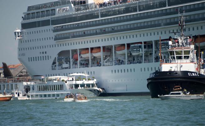 Круизен лайнер и кораб за разходки се сблъскаха във Венеция