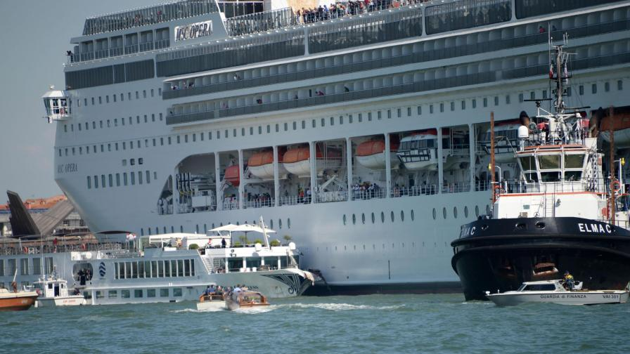 <p>Круизен лайнер и кораб се сблъскаха във Венеция (Видео)&nbsp;&nbsp;</p>