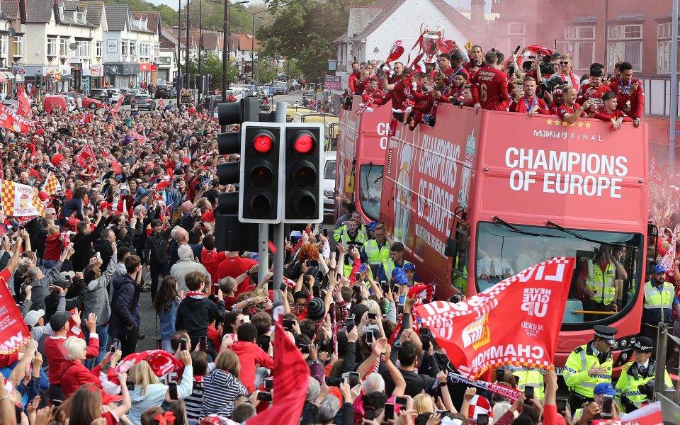 Вайналдум едва не строши телефона си при парада на Ливърпул
