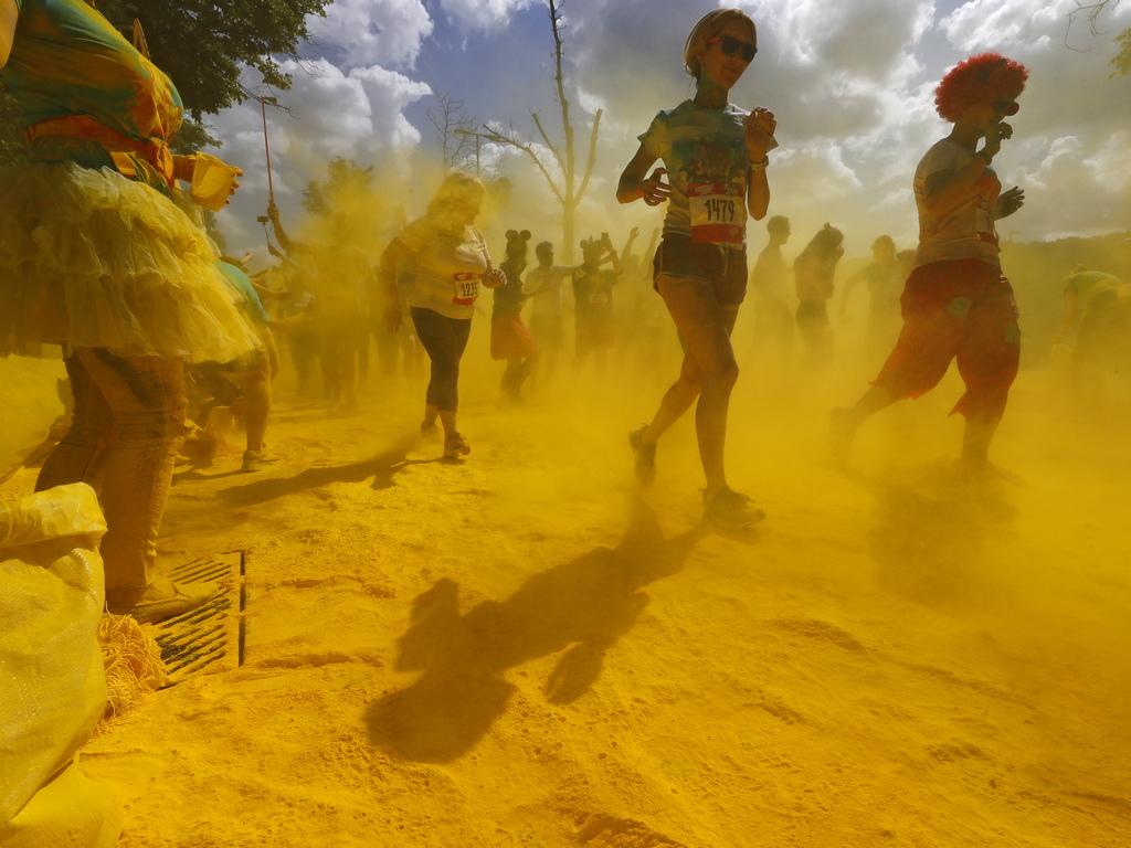 """Няколко хиляди души взеха участие в маскарада """"Color Run"""", който се състоя на 2 юни в олимпийския комплекс Лужники в Москва, Русия."""