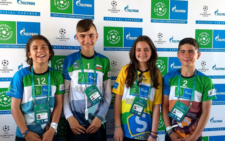 12-годишни млади футболисти и журналисти от Европа, Азия, Африка, Северна