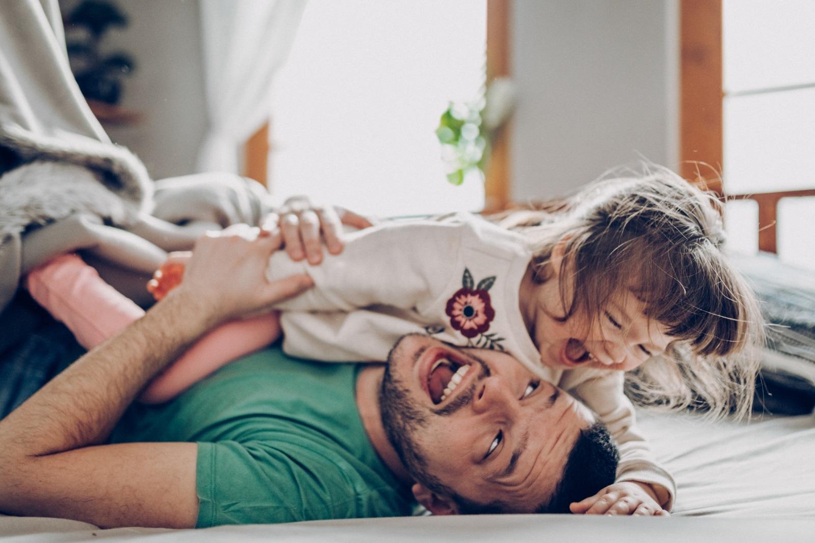<br /> Детето Риби<br /> Най-емоционалните и сетивни деца безспорно са представители на този знак. Емоционалното разбиране дори към привидно незначителни случки е много важно за тези деца, които попиват всичко от външния свят. Занимание с изкуство и всяко начинание, което активизира тяхното въображение, е подходящо за баланса между реалността и света на фантазията. Често решенията могат да ви изглеждат неразбираеми, но детето Риби се е вслушвало в своята интуиция, която му помага повече от всички логични избори.