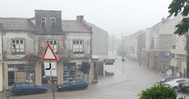 България Порой наводни в Ивайловград, улиците станаха реки Заради усложнената