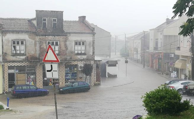 Порой наводни Ивайловград, улиците станаха реки
