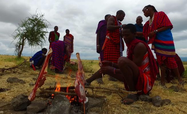 Прясна кръв и сурово месо - менюто на масаите