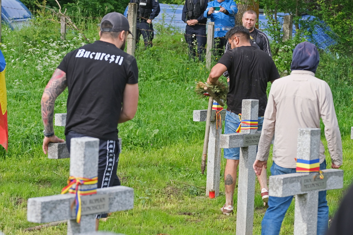 """Повод за напрежението стана военно гробище във Валя Узулуй, където са погребани около 1300 войници, загинали по време на двете световни войни. На теория там са намерили покой войници от четири воюващи армии от седем различни националности. На практика обаче, като се съди по кръстовете и паметните плочи, става дума за голям брой унгарски войници, няколко австрийци, руснаци и един румънец, пише днес в. """"Адевърул"""". (Според други източници там са погребани няколко десетки румънци - бел. ред.)"""