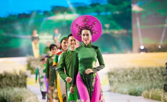 Виетнамско дамско облекло Ао-зай