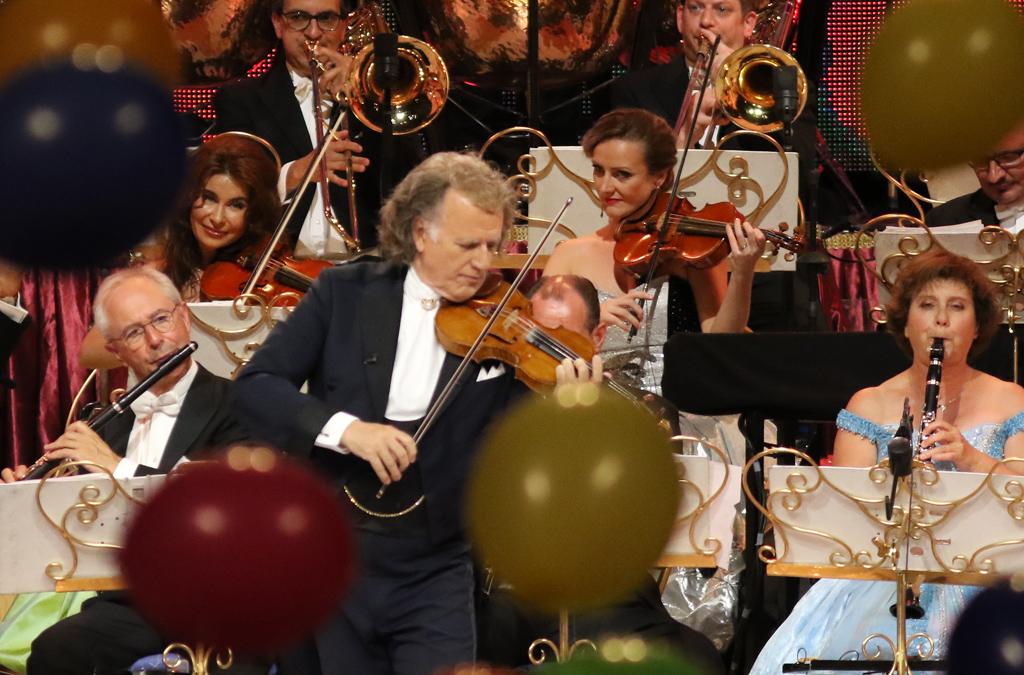 """Андре Рийо и ръководения от него оркестър """"Йохан Щраус"""" покориха публиката в пълната зала  """"Арена Армеец"""""""