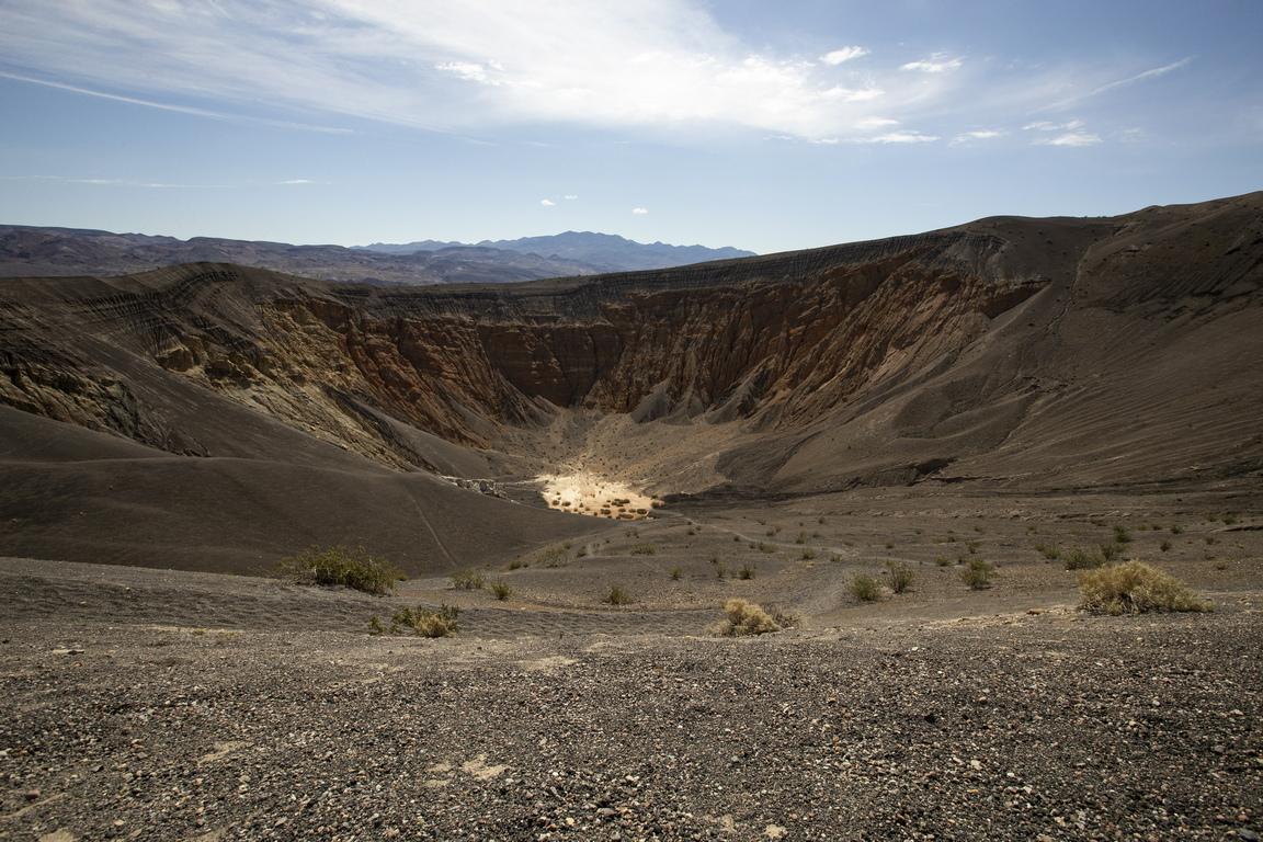 """Кратерът Ubehebe (произнася се Ю-бий-хий-бий и на местен индиански език означава """"голяма кошница в камъка"""") е голям вулканичен кратер, разположен близо до северния връх на планината Котънууд Той е широк 1 км, дълбок между 150 и 237 м; възрастта му е около 4000 – 7000 години."""