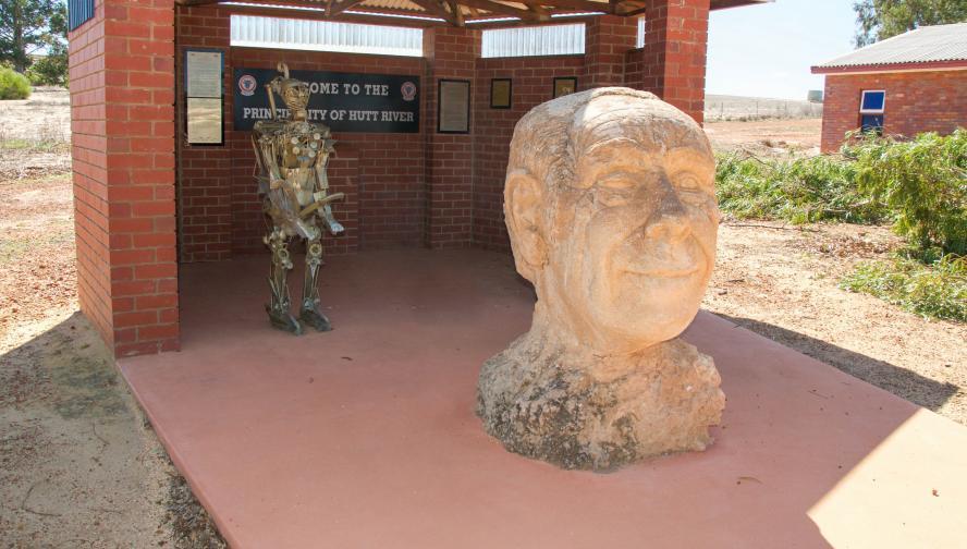 Княжество на река Хът, Австралия<br /> Самопровъзгласената микронация, населяваща територия от 75 кв. км, се заражда през 70-те години на ХХ в. с опита на Леонард Джордж Касли да се противопостави на австралийското правителство. Касли основава