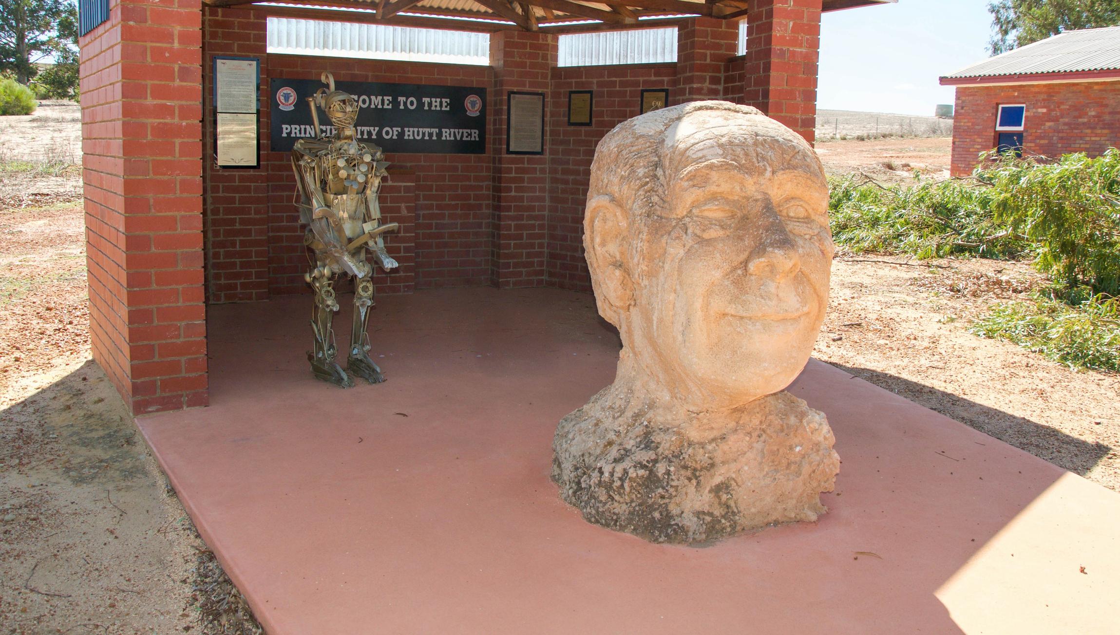 """Княжество на река Хът, Австралия<br /> Самопровъзгласената микронация, населяваща територия от 75 кв. км, се заражда през 70-те години на ХХ в. с опита на Леонард Джордж Касли да се противопостави на австралийското правителство. Касли основава """"страната"""" в отговор на спор с правителството на Западна Австралия за това, което смята за драконовски квоти за производство на пшеница, както и данъците. Така и до днес в Западна Австралия в близост до гр. Пърт съществува микронацията Княжество река Хът със собствено управление, валута, официални езици английски, френски и есперанто и население от над 18 000 души."""