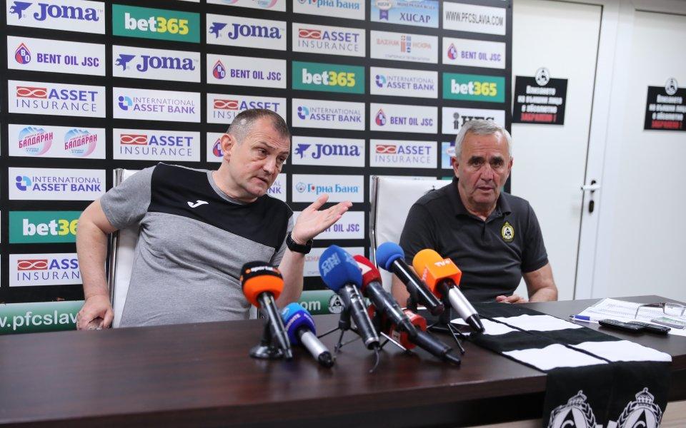Треньорът наСлавияЗлатомир Загорчичще отпрати набързо тримата македонци, които дойдоха на