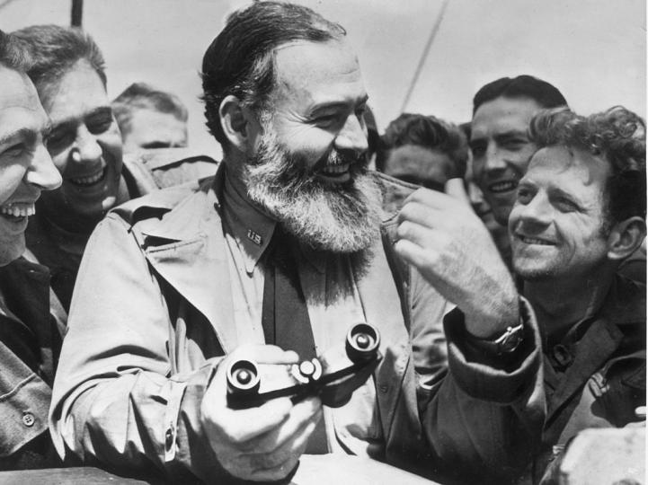 <p><strong>Ърнест Хемунгуей</strong></p>  <p>Ърнест Хемунгуей е един от най-вдъхновяващите и влиятелни писатели. Но авторът на &bdquo;За кого бие камбаната&ldquo; е бил толкова известен с писането си, колкото и със слабостта си към чашката. Когато например е живял в Куба, е обожавал да пие дайкири, мартини и мохито. А според някои коктейлът Блъди Мери дължи името си именно на Ърнест Хемунгуей, който кръстил напитката&nbsp; на жена си Мери Уелч, която постоянно се ядосвала, когато виждала мъжа си пиян.</p>