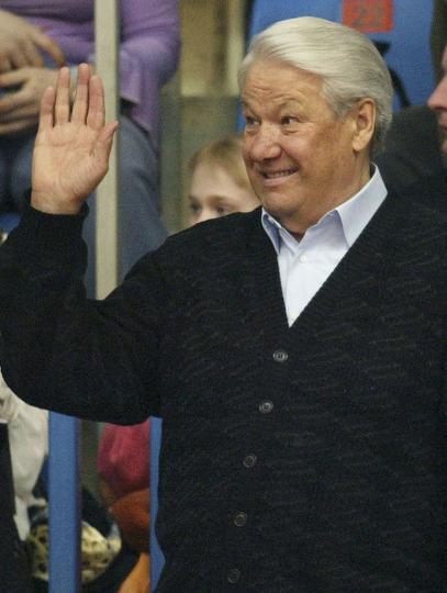 <p><strong>Борис Елцин</strong></p>  <p>През 1995г. тогавашният руски президент Борис Елцин така се напива, че охраната му го открива по гащи, на метри от Белия дом, докато се е опитвал да спре такси. През 2010 една от дъщерите му, Татяна Юмашева, обясни, че според нея баща й е пиел много&nbsp;заради огромния стрес, на който е бил подложен.</p>