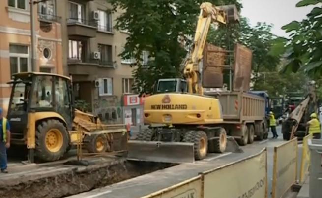 """Огромна дупка зейна на """"Г.С. Раковски"""" в центъра на София"""