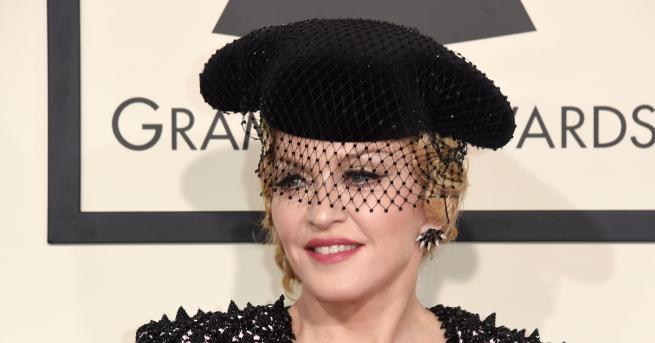 Любопитно Мадона рекламира новия си албум с гола снимка Певицата