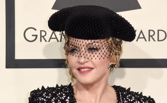 Мадона рекламира новия си албум с гола снимка
