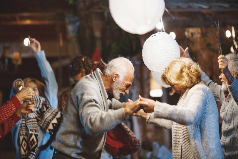 <p><strong>Романтика, романтика и само романтика</strong> -&nbsp;Когато сме млади, просто да обичаме&nbsp;някого не е достатъчно.&nbsp;Има&nbsp;толкова други приоритети, за които да мислим - можем ли да градим семейство с него, ще попречи ли той на кариерното ни развитие. Когато сме преминали определена възраст обаче ние вече сме над общочовешки&nbsp;дилеми. Не планираме да създаваме семейство, не се тревожим&nbsp;за бъдещето, финансово стабилни сме.&nbsp;С други думи, свободни&nbsp;сме да обичаме без предразсъдъци.</p>