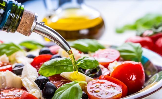 Учени разкриват защо да готвим с повече зехтин