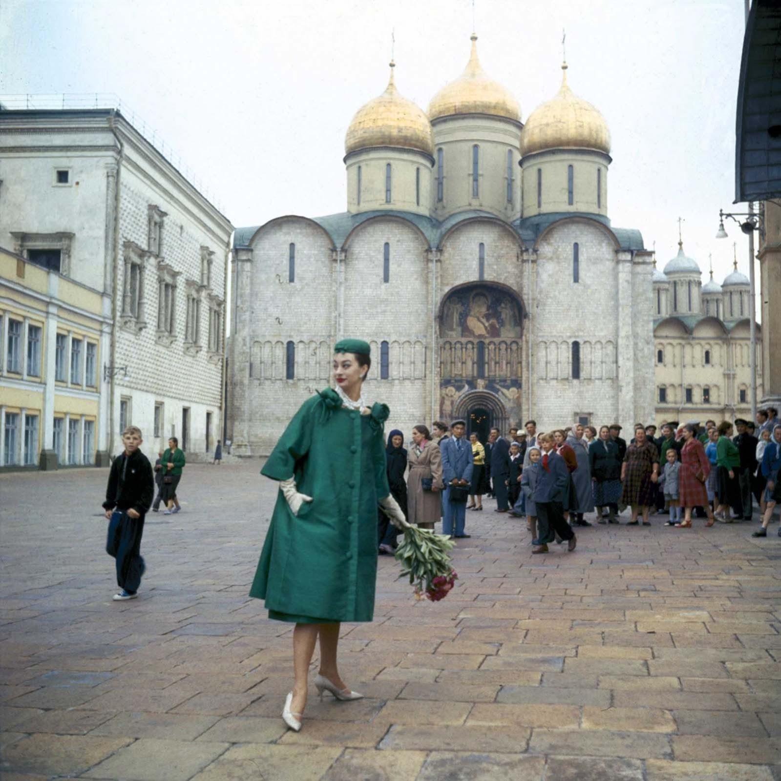 На оживен площад в Москва.