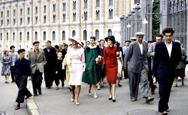 """1959: Моделите на """"Диор"""" по московските улици."""