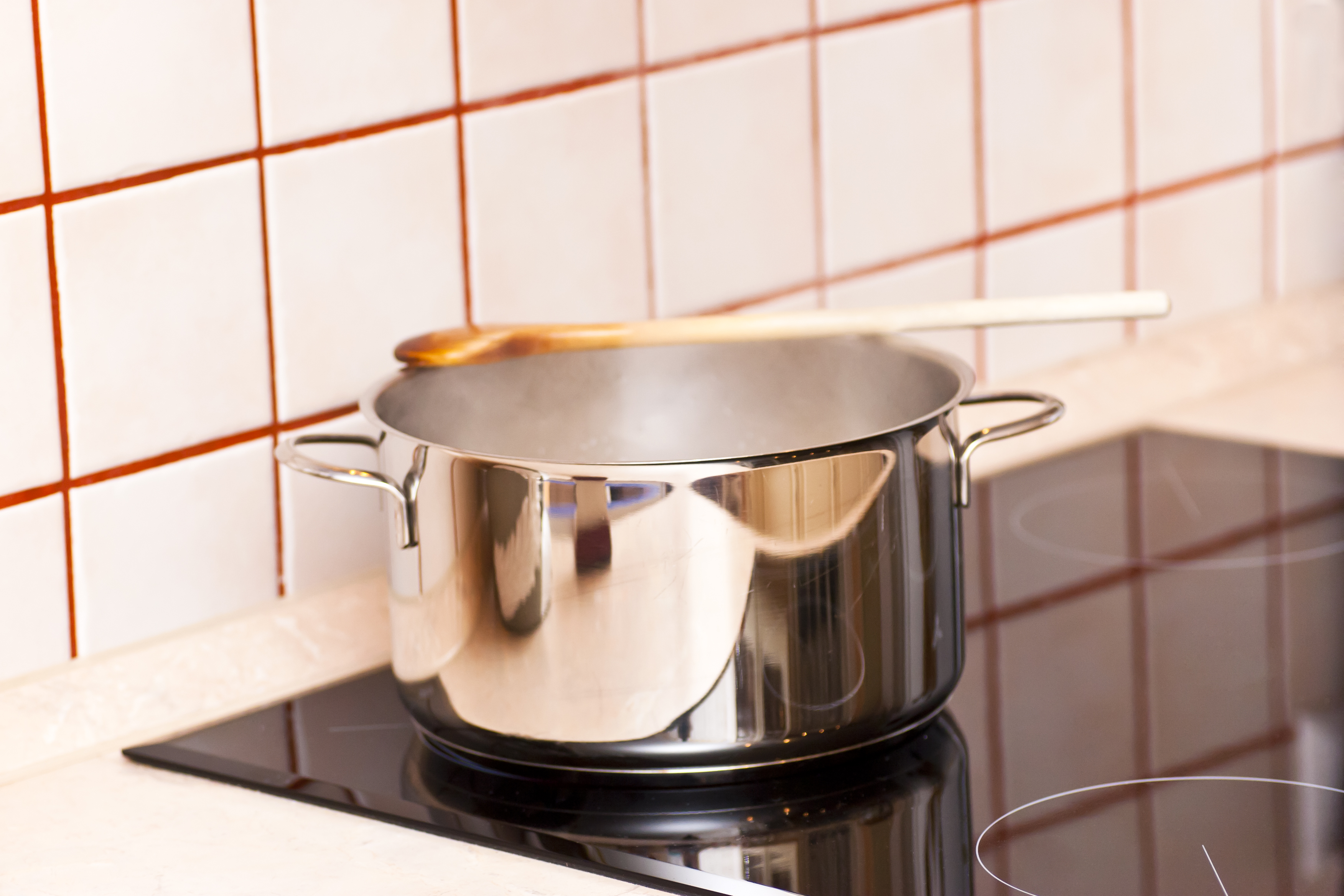 Най-добре е да миете дървените лъжици на ръка. Не ги накисвайте във вода и не ги слагайте в миялната. Дървеният материал става чуплив, ако престои на високи температури дълго време. Освен това се погрижете да не останат никакви хранителни остатъци в пукнатините на дървената лъжица, за да не създаде благоприятна среда за развитие на различни бактерии.