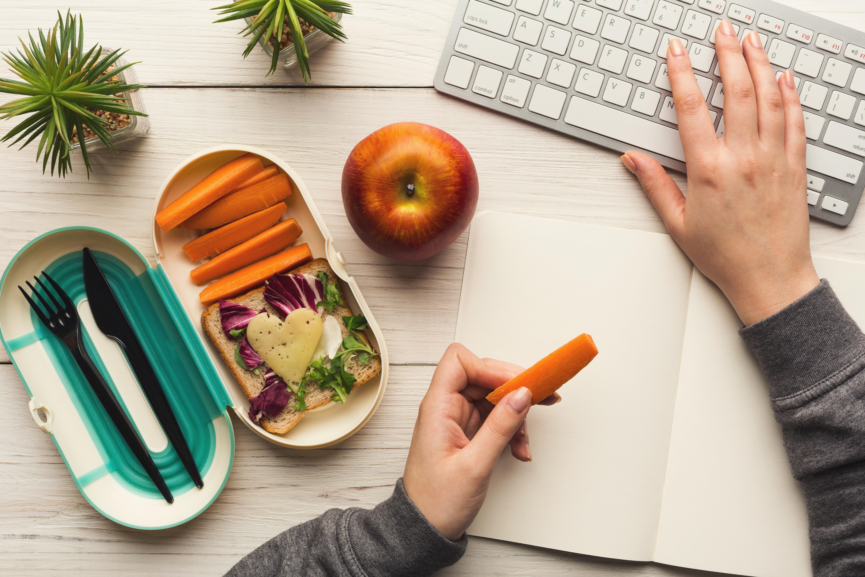 Заложете на полезни продукти между основните хранения<br /> След като вече сте решили въпроса с обяда в службата, се погрижете за продуктите, с които ще залъгвате глада си между храненията. Вместо да тършувате из офиса за бисквити, се запасете с нарязани зеленчуци или пресни плодове.
