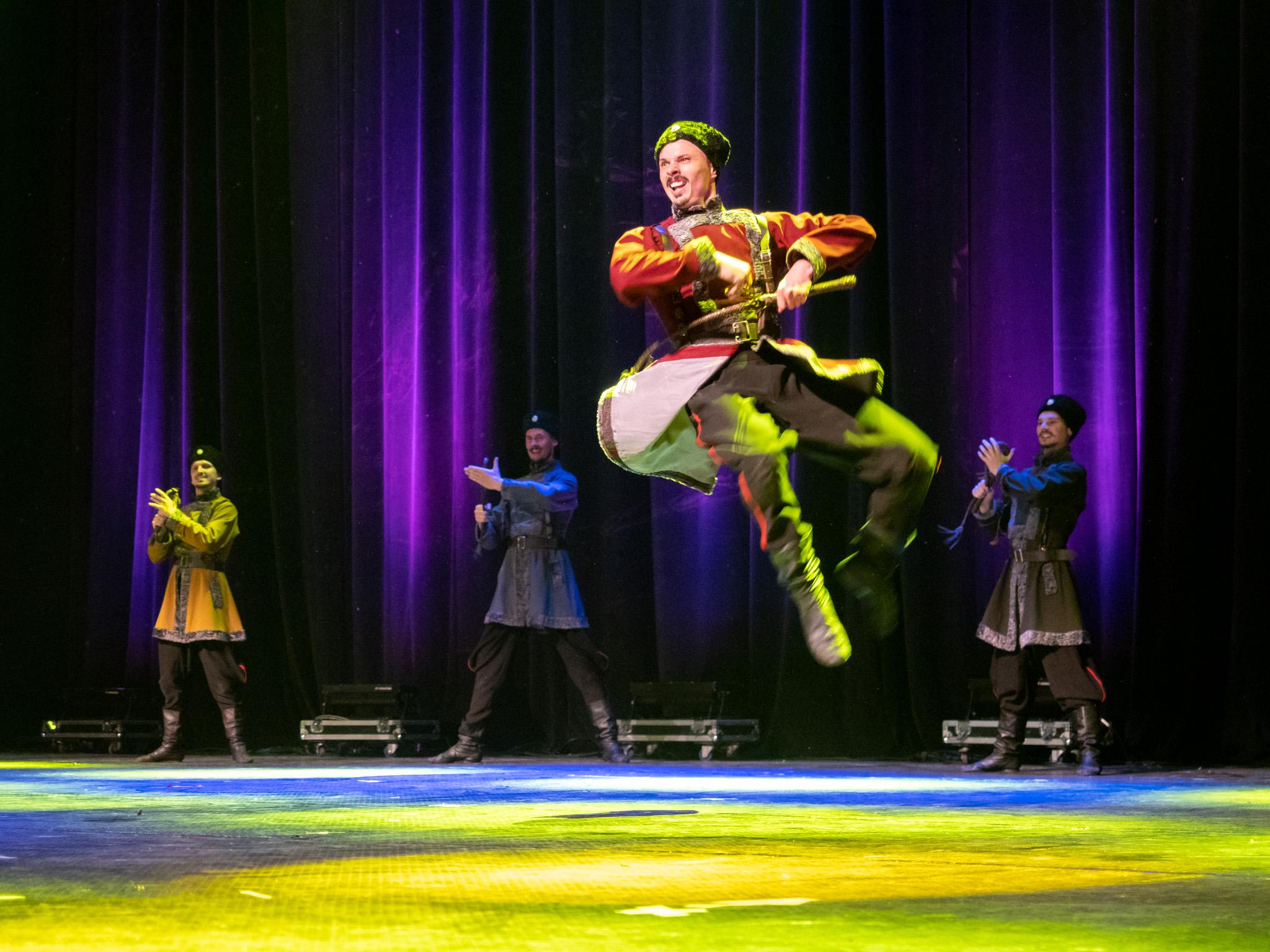 Изпълняват се най-популярните казашки руски и украински песни и танци.