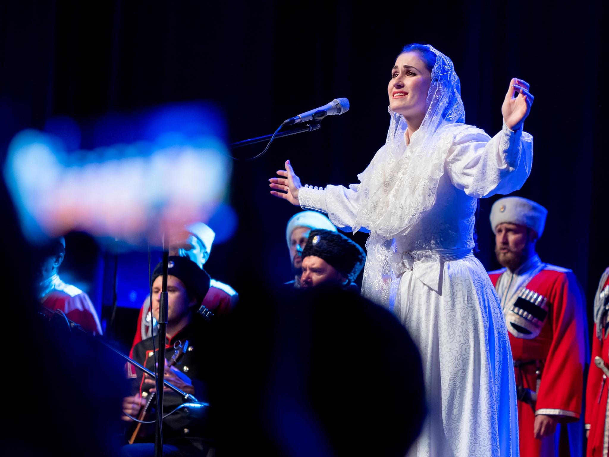 За концертите пред българската публика дойде пълният състав от певци, музиканти и танцьори и всички солисти.