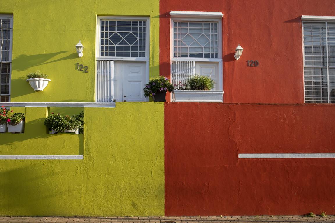 Неговите ярко боядисани, уникални по стил къщи, някои от които са от 18 в., заедно с калдаръмените улички осигуряват на посетителите възможности за снимки.