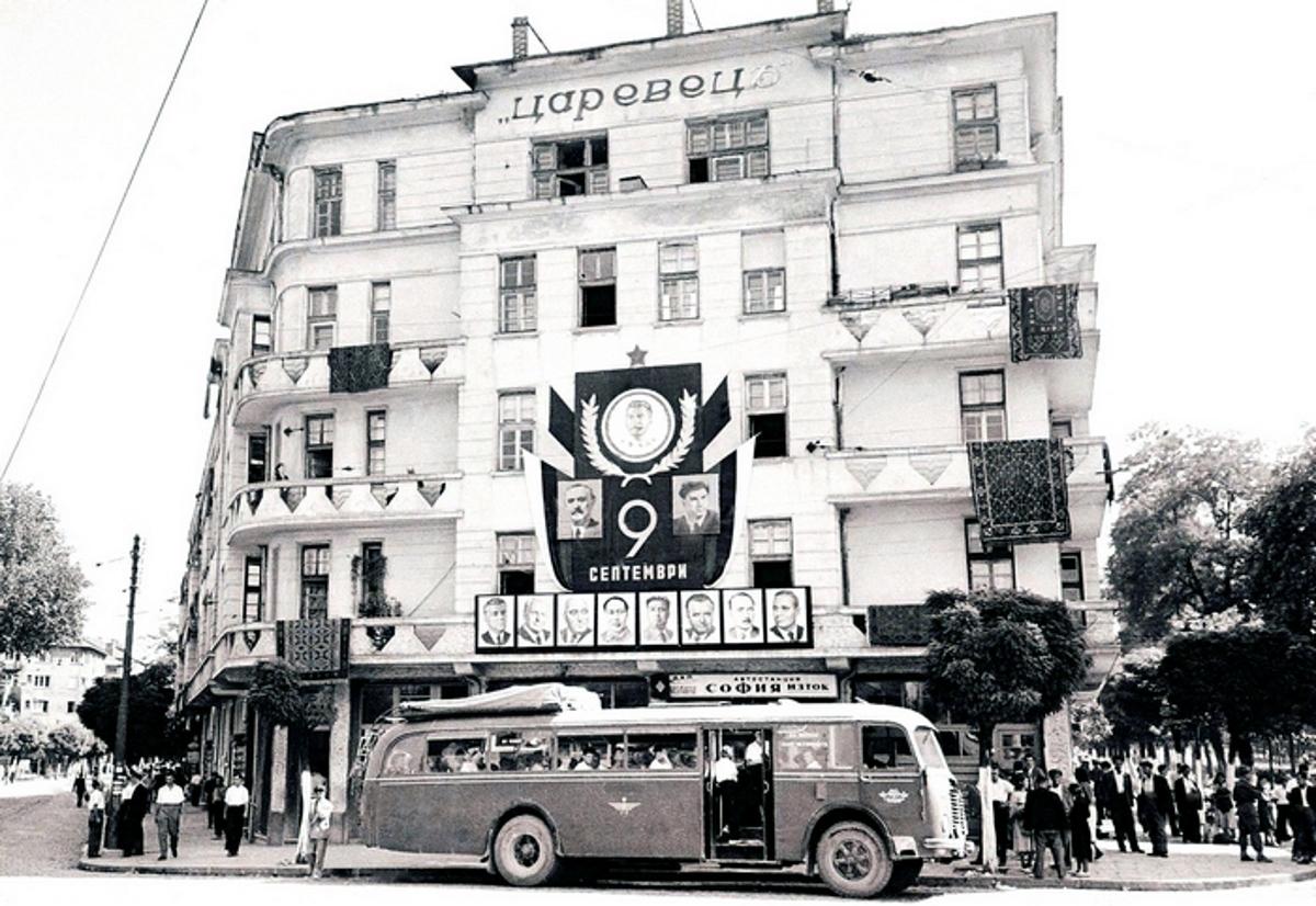 "Жилищна кооперация ""Царевец"" и автобусът за Самоков, 1952г. Фотограф: Тодор Славчев"