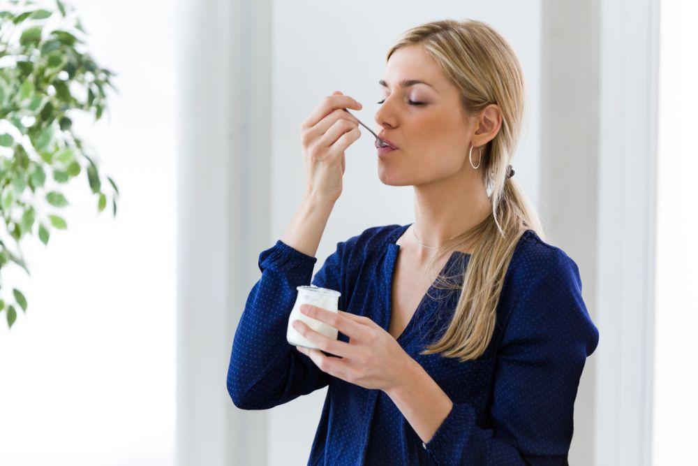 <p><strong>Йогурт</strong></p>  <p>Разбира се натурален без захар и каквито и да е добавки.Съдържащите се в него протеини са необходими за мускулите ни, а калцият и магнезият &ndash; за оптимално възстановяване след работа или след тренировка. Кисело-млечните продукти освен това захранват с витамини В2 и В12, които обезпечават дейността на мозъка.</p>