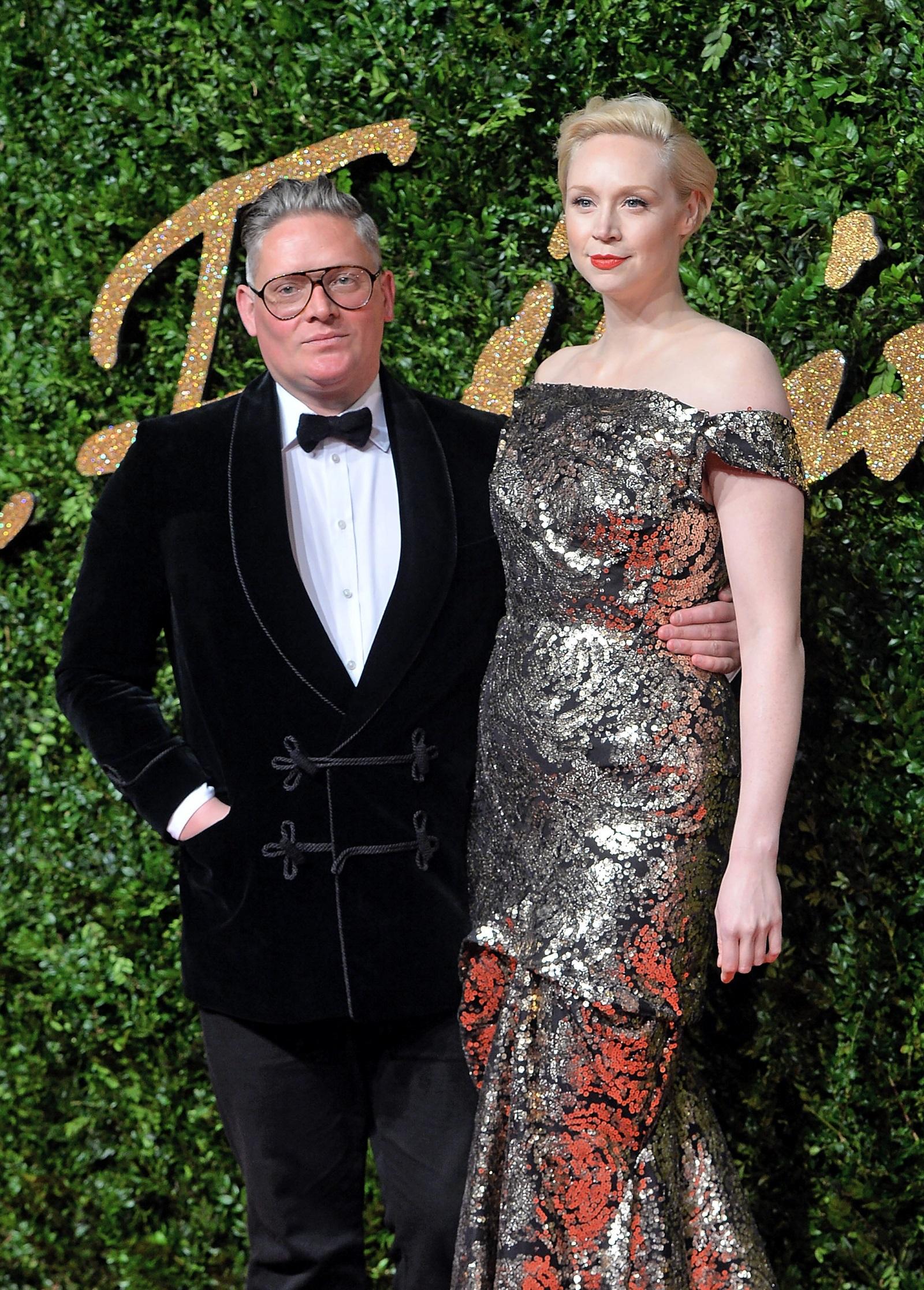 """Гуендолин Кристи иДжайлс Дикън<br /> Звездата от """"Игра на тронове"""" е висока почти 2 метра. С който и мъж да е подръка, няма съмнение, че ще бъде засенчен по височина. Изключение не прави половинката ѝ - дизайнерътДжайлс Дикън. Но по едно нещо двамата си приличат - стилния външен вид."""