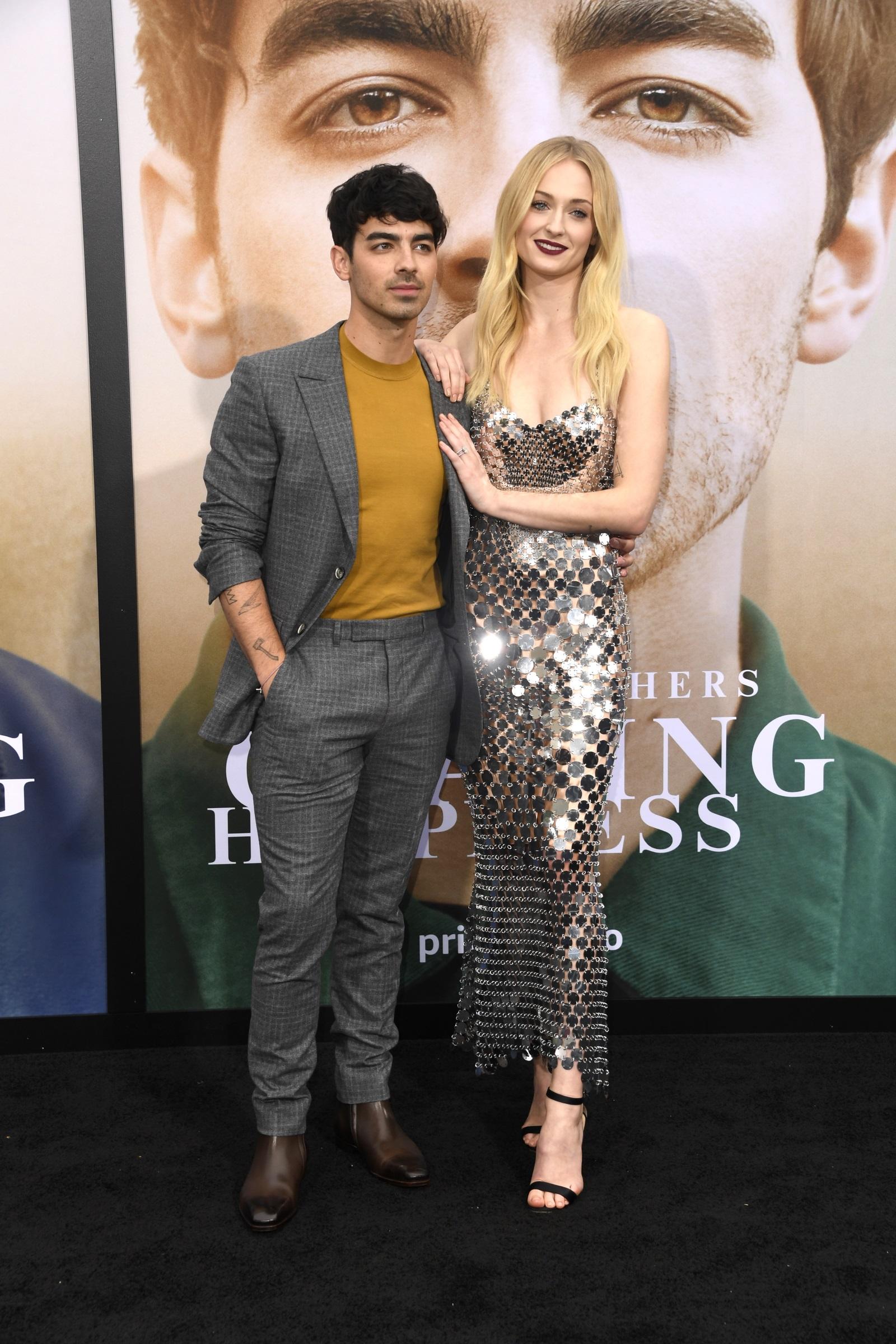 Софи Търнър и Джо Джонсън<br /> На високи обувки актрисата е с 10 см по-висока от съпруга си.