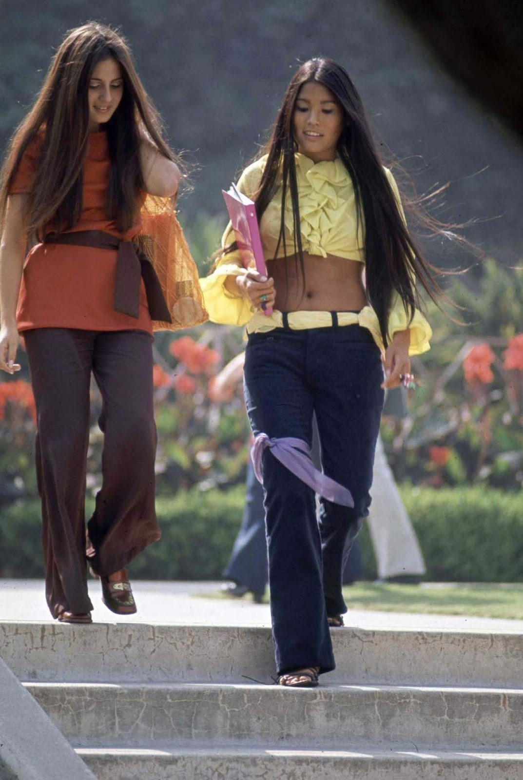 """Поредица от снимки, заснети от Артър Шатц за сп. """"Лайф"""" през есента на 1969 г., запечатват един доста интересен период от историята, а именно ерата на """"новите свободи"""" или т.нар. """"хипи ера"""". Дълги коси, плитки, ресни и панталони – чарлстон, са само част от типичния за това време стил. Крещящите цветове и ярките десени са неотлъчна част от облеклото на младежите, изповядващи хипи културата и това ясно може да бъде забелязано на снимките от периода."""