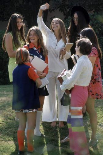 """Поредица от снимки, заснети от Артър Шатц за сп. """"Лайф"""" през есента на 1969 г., запечатват един доста интересен период от историята, а именно ерата на """"новите свободи"""" или т.нар. """"хипи ера"""". Дълги коси, плитки, ресни и панталони – чарлстон, са само част от типичния за това ..."""